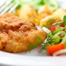 Hausg. Kalbschnitzel mit hausg. Frankfurter Grünersoße , Bratkartoffeln und kl. Salat 11,40€